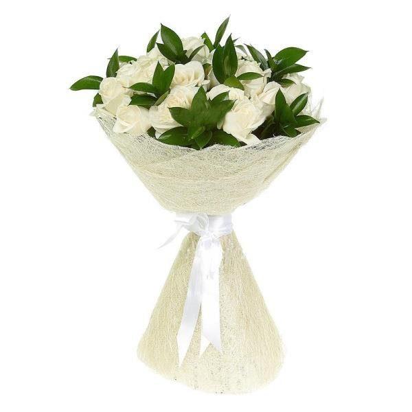 25 белых роз с рускусом