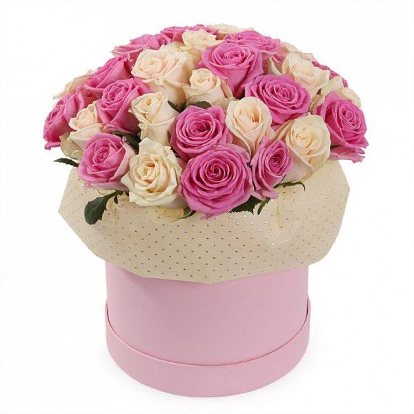 25 розово-белых роз в шляпной коробке