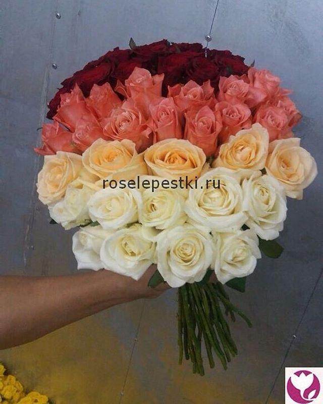 Розовые розы в шляпой коробке