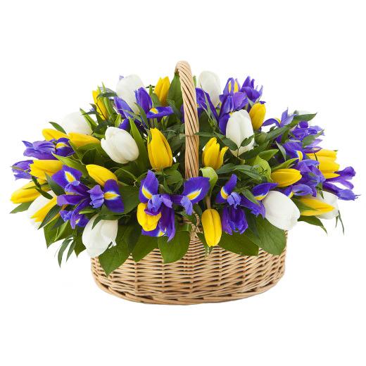 Тюльпаны и ирисы в корзинке