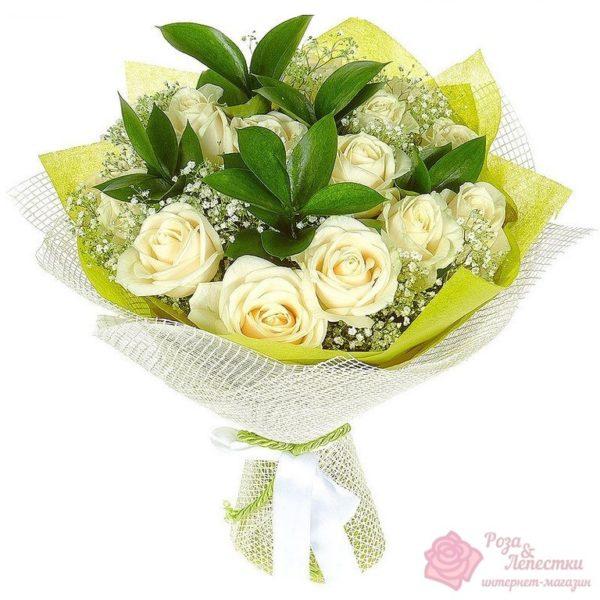15 белых роз с зеленью