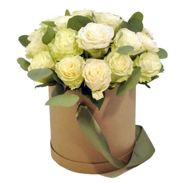 Белые розы с зеленью в шляпной коробке