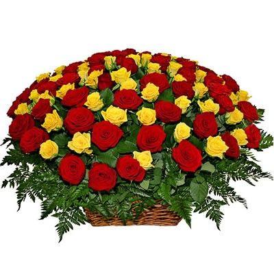 101 красно-желтая роза в корзине