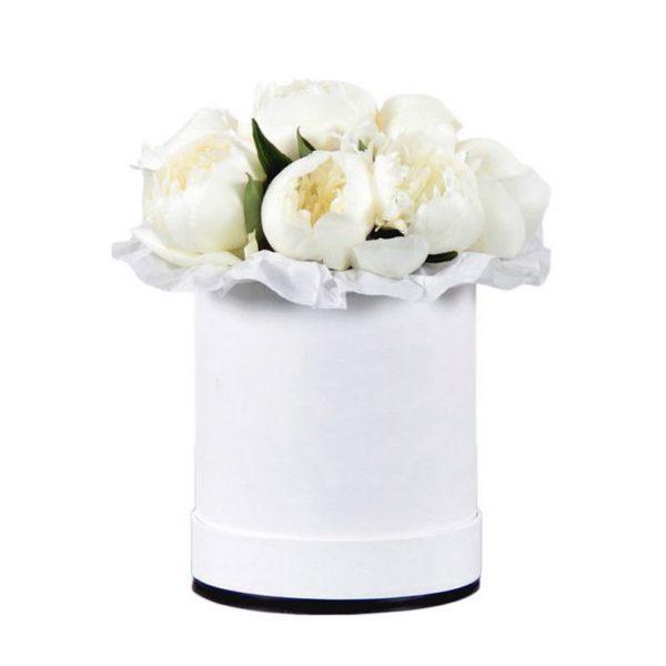 Белые пионы в шляпной коробке