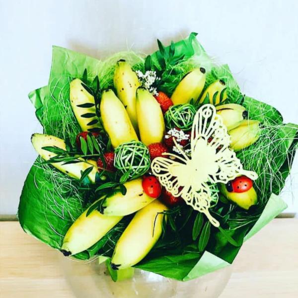 Букет с бананом и клубникой