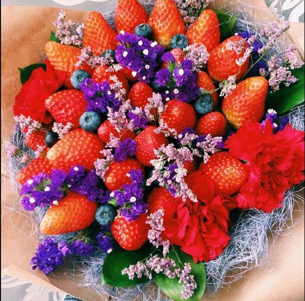 Букет с клубникой и цветами