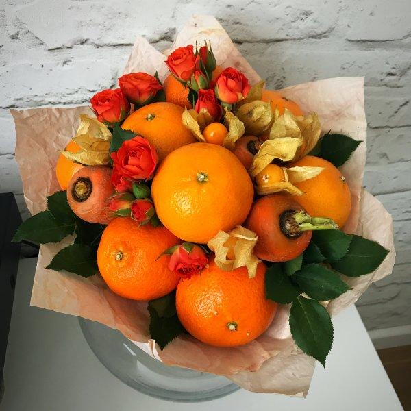 Оранжевый букет с апельсином, морковью и розами