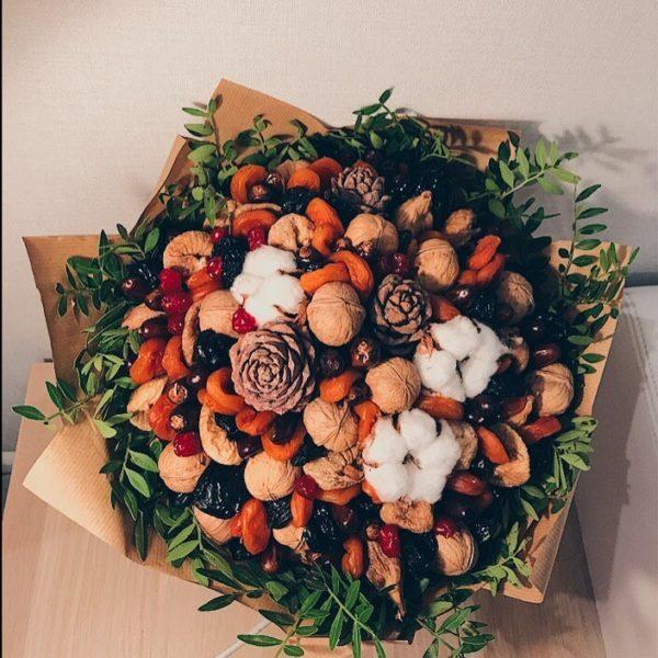 Букет с орехами, шишками и сухофруктами