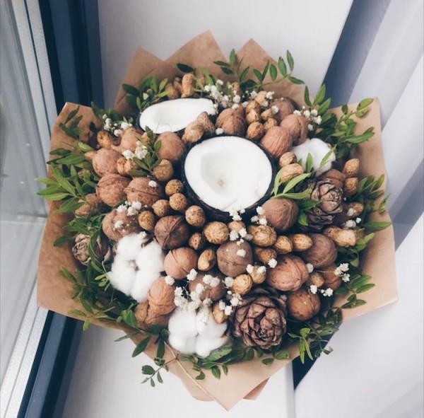 Букет с кокосом, кедровыми шишками и арахисом