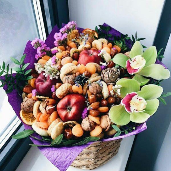 Букет с орхидеями,орехами и сухофруктами