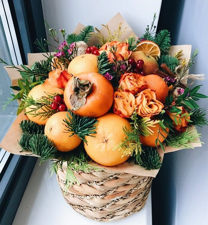 Пряный зимний букет с оранжевыми фруктами и розами