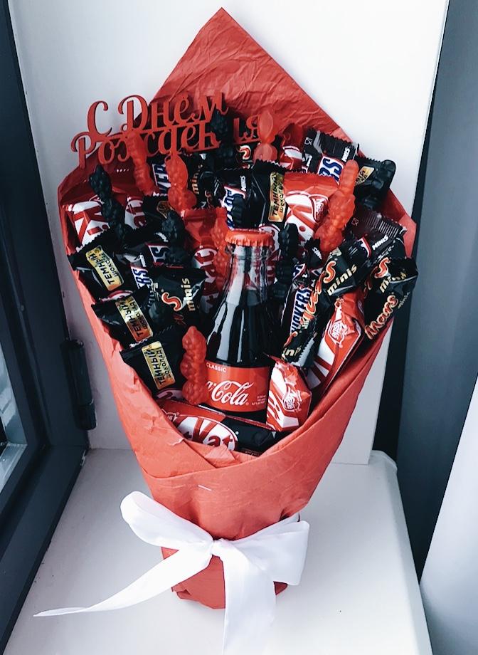 Букет с колой и шоколадными батончиками