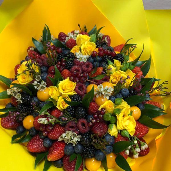 Букет с клубникой, ежевикой и розами