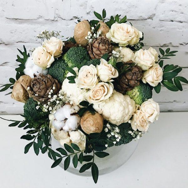 Букет из брокколи, цветной капусты и белыми розами