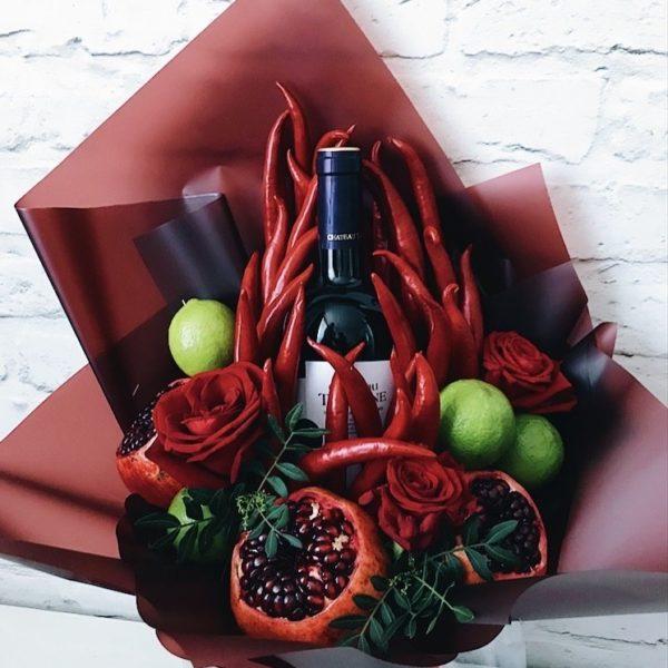 Букет с вином, гранатом, чили и розами