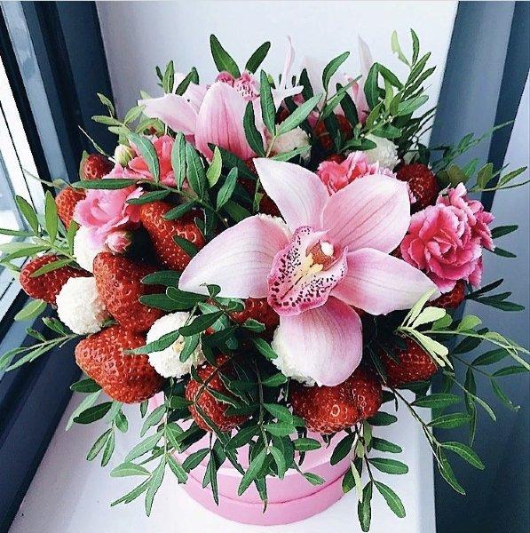 Букет с клубникой и орхидеями