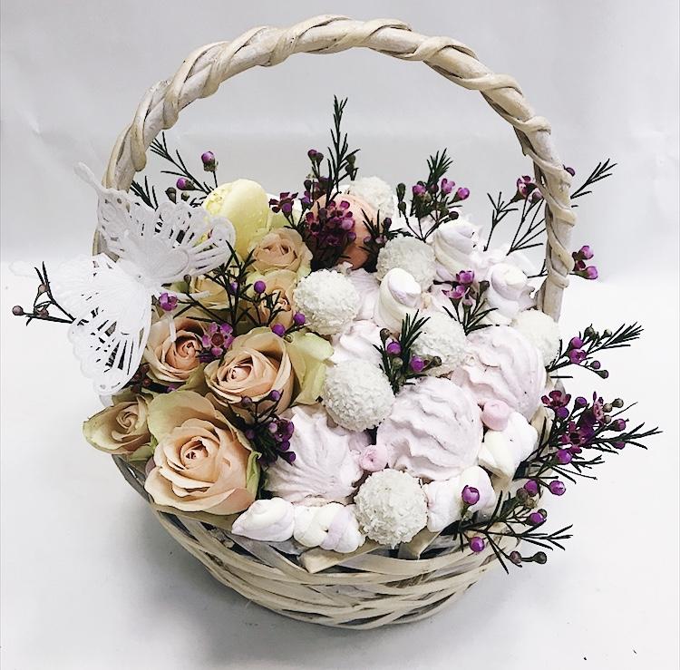 Корзина с розами, Rafaello и зефиром.