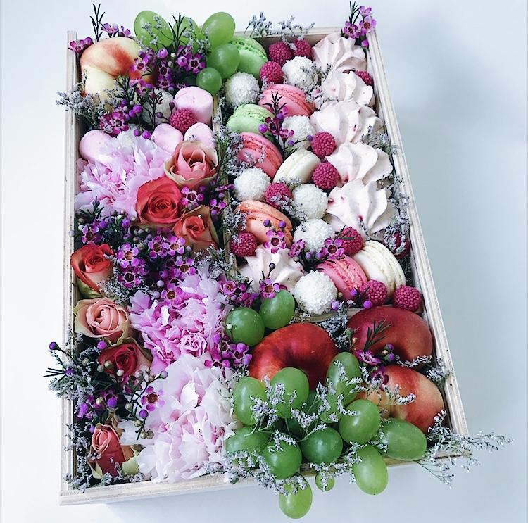 Подарочный набор с макарунами, Rafaello, зефиром и виноградом