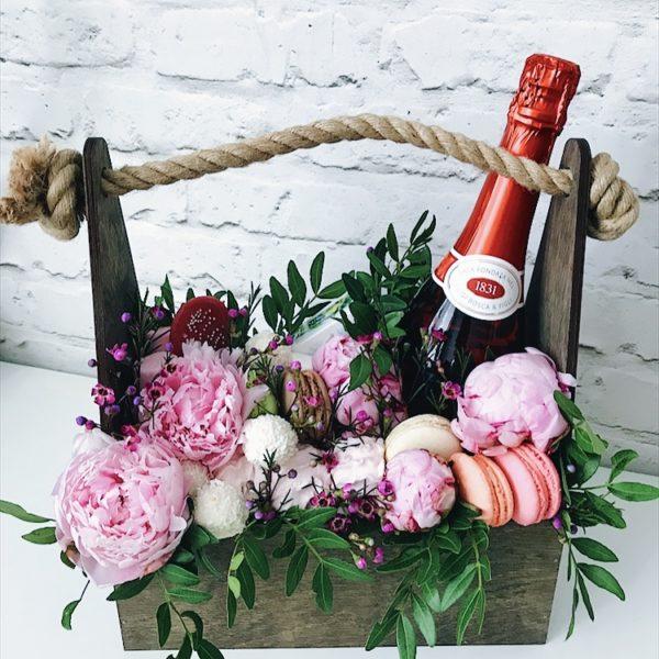 Подарочный набор с розовым вином, сыром Бри, Rafaello и макарунами