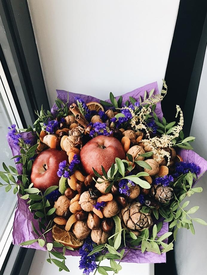 Букет с яблоками, орехами и сухофруктами