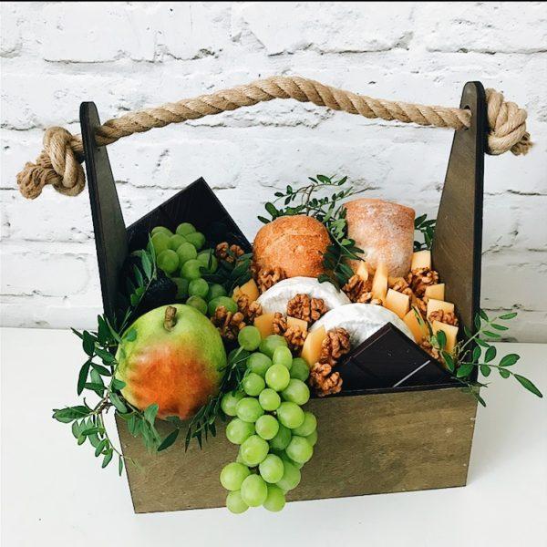 Подарочный ящик с виноградом и сыром