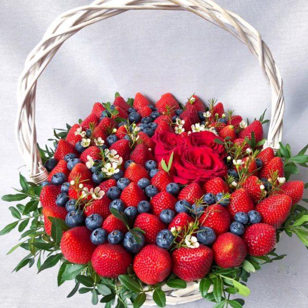 Корзина с клубникой, голубикой и розами