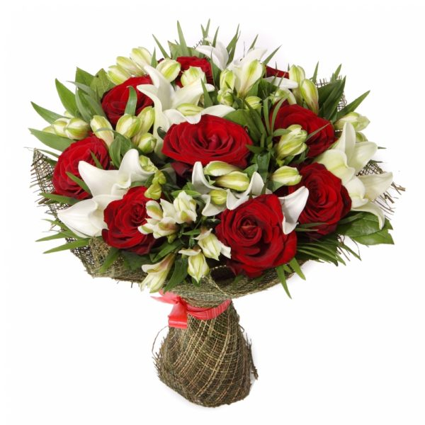 Букет с розами, лилиями и альстромериями