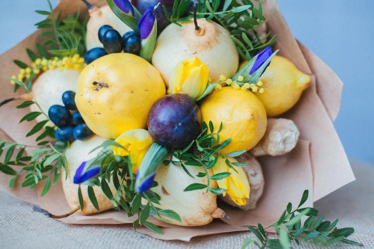 Букет с лимонами, айвой и сливами