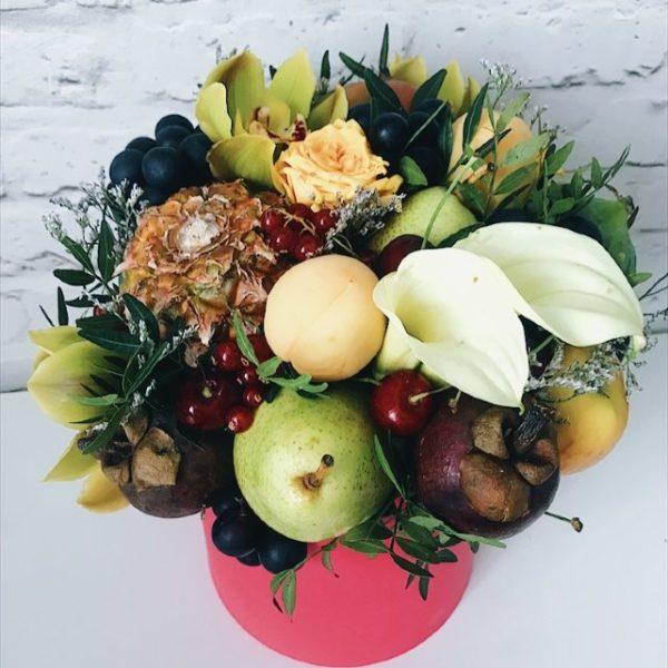 Букет с ананасом, мангостином и цветами