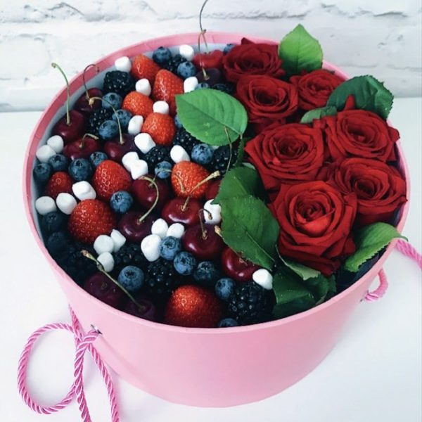 Коробка с ягодами и розами