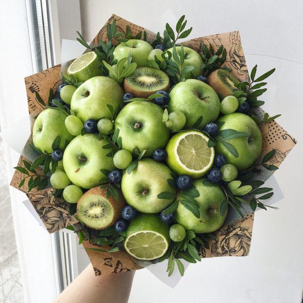 Букет с яблоками, виноградом и киви