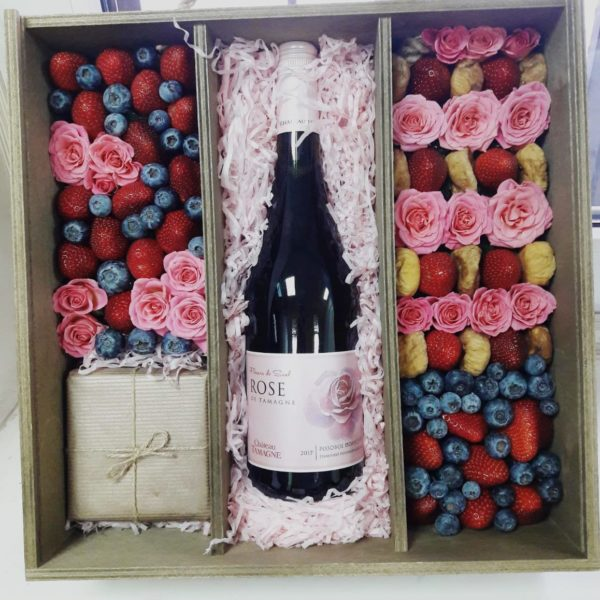 Подарочный набор с вином, сыром, Ferrero Rocher и клубникой