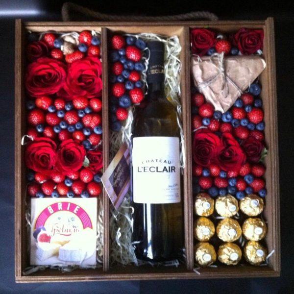 Подарочный набор с сыром, Ferrero Rocher и клубникой