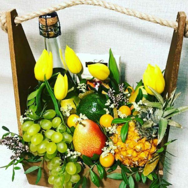 Подарочный набор с ананасом, виноградом и цветами