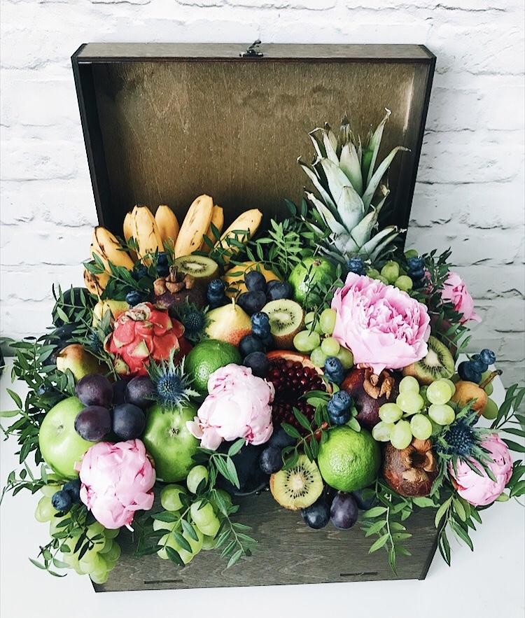 Сундук с фруктами и цветами
