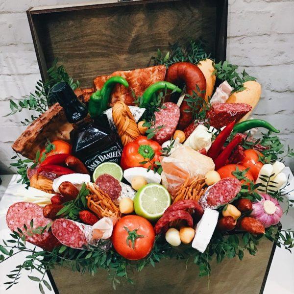 Подарочный сундук с виски, колбасами и сырами
