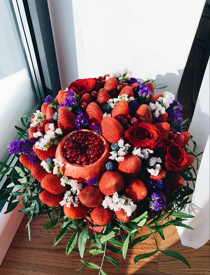 Букет с клубникой, голубикой, смородиной и цветами