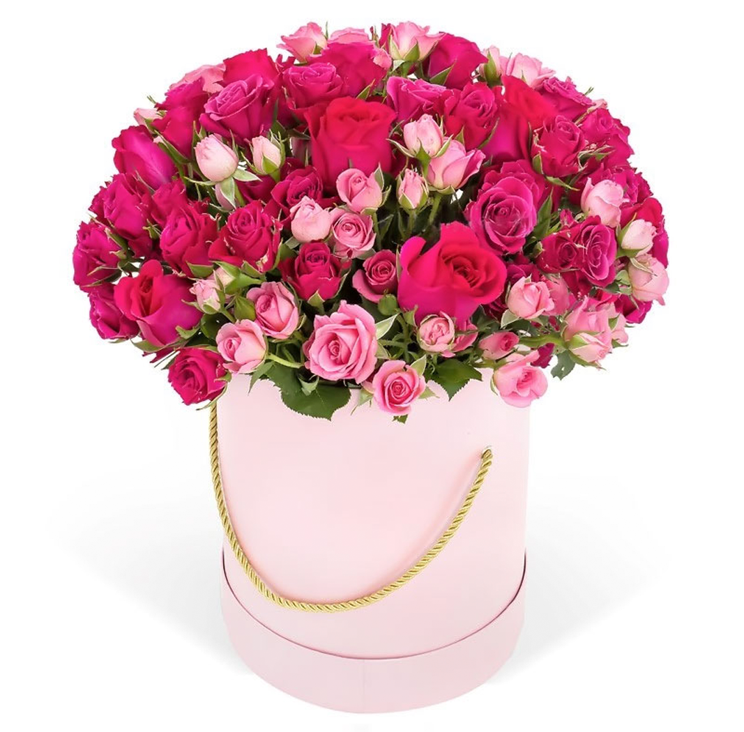 Кустовые и розовые розы в шляпной коробке