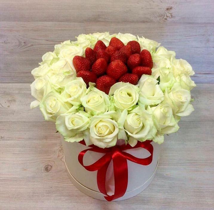 Изысканный букет из белых роз и ароматной клубники