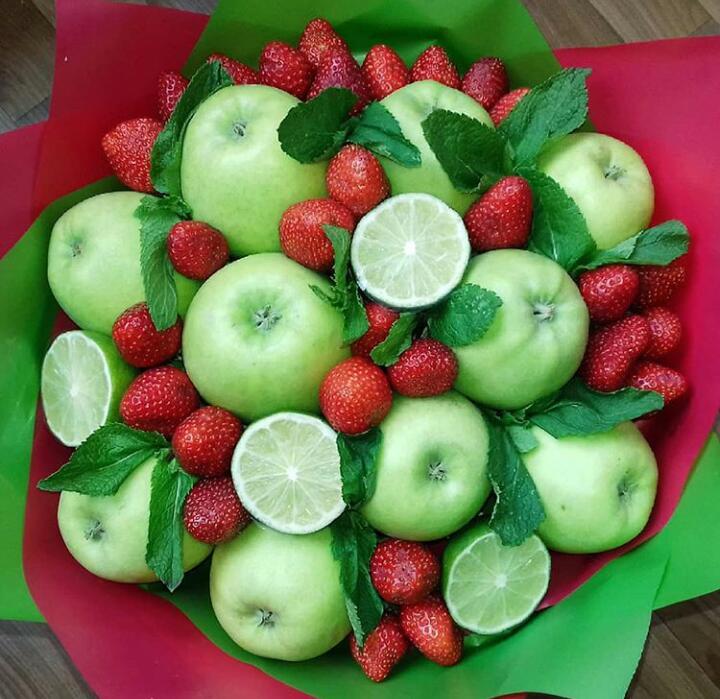 Букет с клубникой, яблоками и лаймом