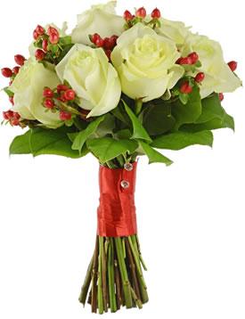 Свадебный букет из белых роз и гиперикума