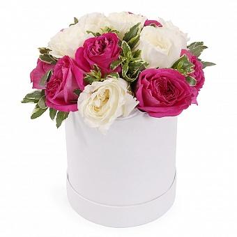 Розовые и белые пионовидные розы в шляпной коробке