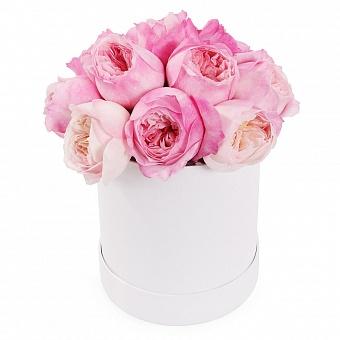 Розовые пионовидные розы в шляпной коробке