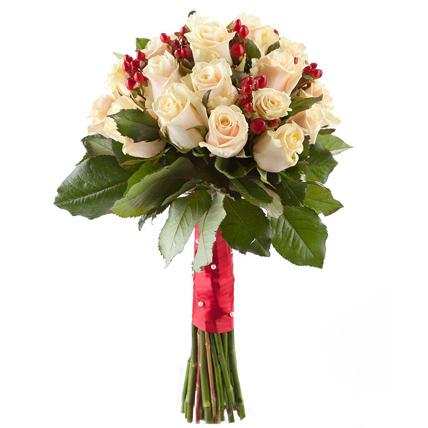 Букет невесты из кремовых роз и гиперикума