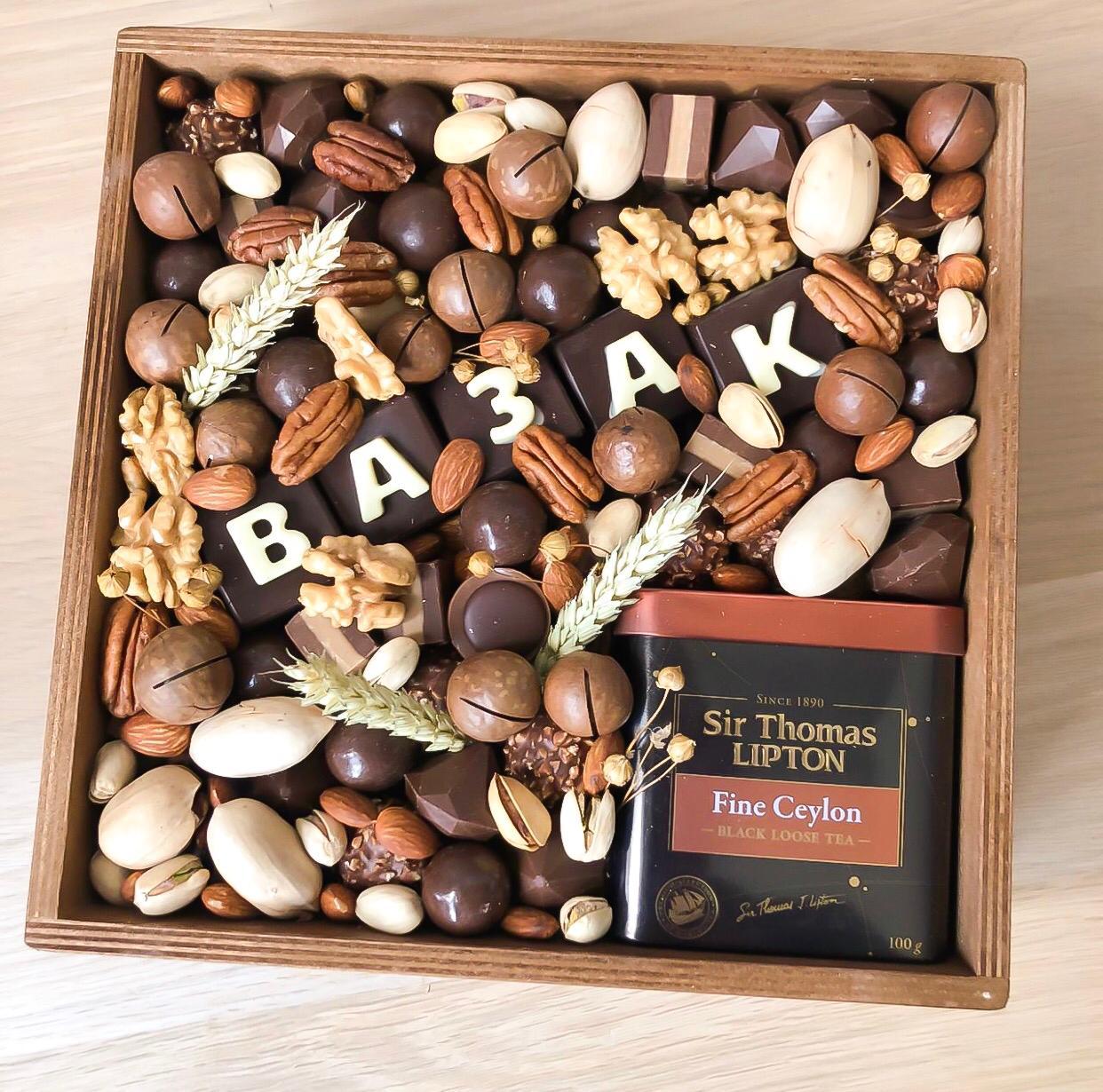 Подарочный набор с чаем, орехами и шоколаднымии конфетами