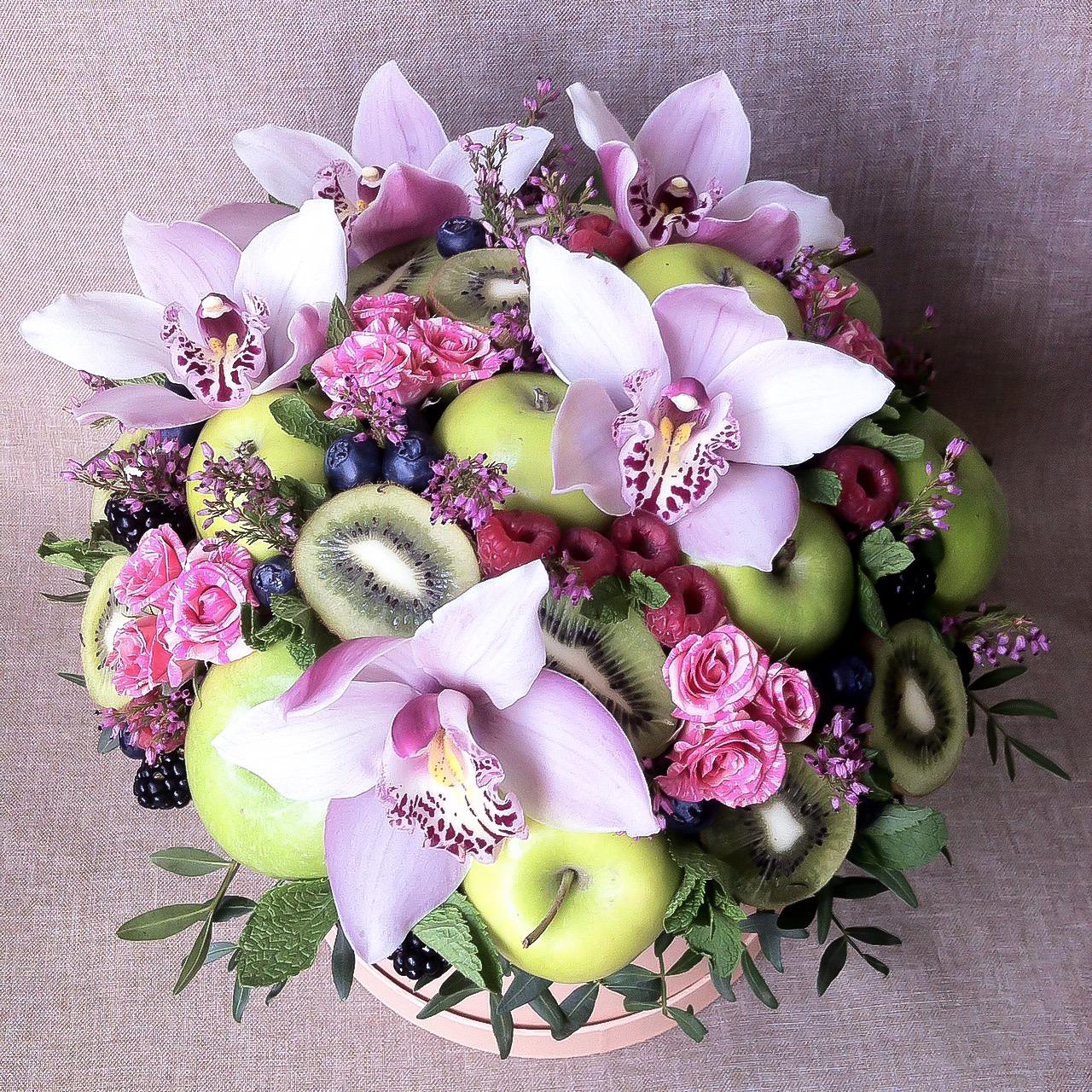 Букет с яблоками, киви, малиной и орхидеями в шляпной коробке