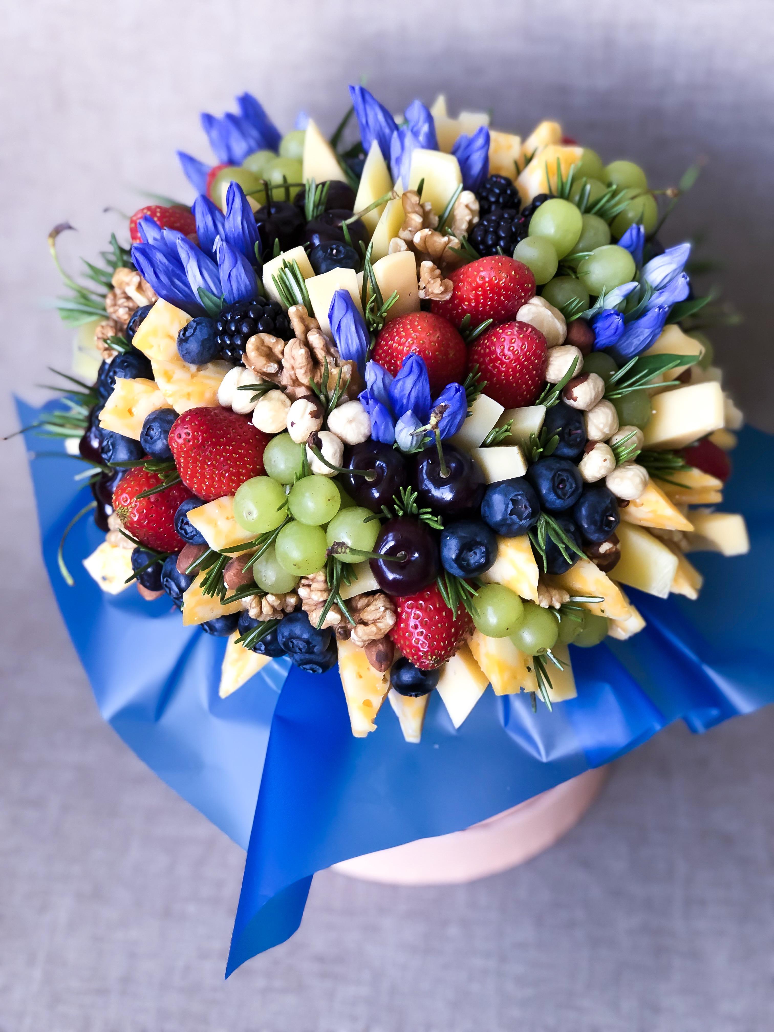 Букет с ягодами, фруктами и сыром