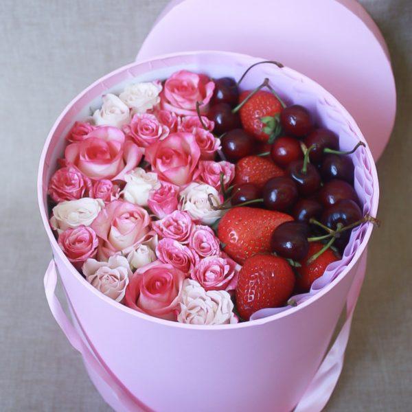 Клубника, черешня с розами в шляпной коробке