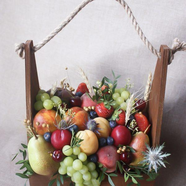 Подарочный ящик с манго, персиками и абрикосами