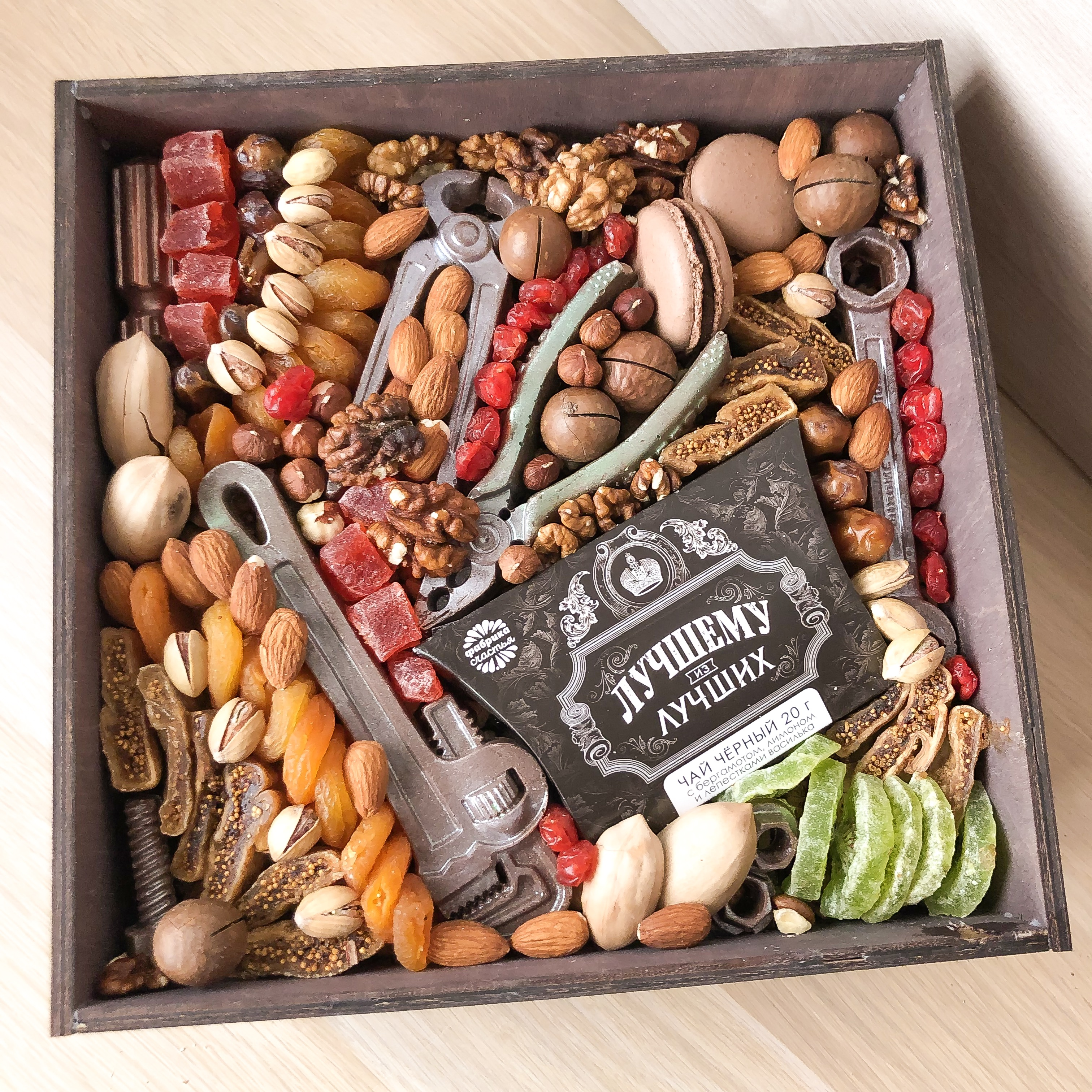 Подарочный набор с шоколадными инструментами, орехами и сухофрутами